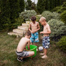 Storytelling documentary child children family photographer European dokumentarista család baba gyerek történetmesélő fotózás fotós boncsér orsolya water balloon vízibomba