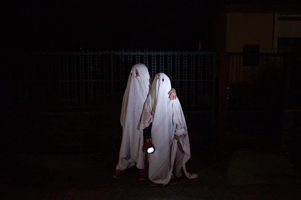child portrait storytelling photography family documentary photojournalism familydocumentary gyerekfotózás gyerekfotós gyerek fotó történetmesélő dokumentarista családfotós családfotózás család fotózás portré halloween ghost szellem