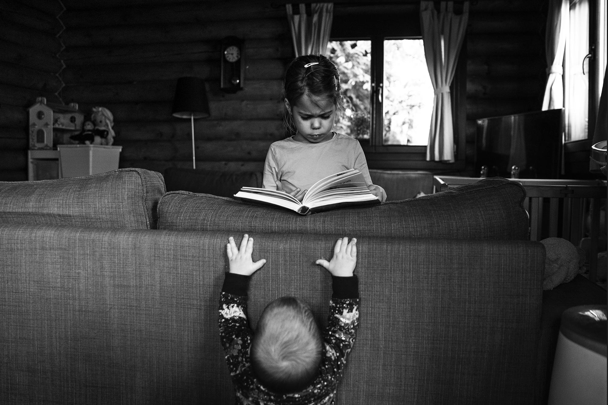 örténetmesélő dokumentarista családfotózás gyerekfotózás család gyerek fotózás familydocumentary familyphotojournalism boncsér orsolya szuziesanaplopok feketefehér canon